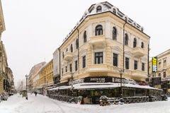 在雪的强的飞雪风暴覆盖物布加勒斯特市街市  库存图片