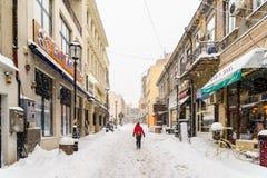 在雪的强的飞雪风暴覆盖物布加勒斯特市街市  免版税库存图片