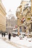 在雪的强的飞雪风暴覆盖物布加勒斯特市街市  免版税库存照片