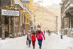在雪的强的飞雪风暴覆盖物布加勒斯特市街市  免版税图库摄影