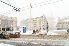 在雪的强的飞雪风暴覆盖物布加勒斯特市街市  图库摄影