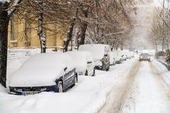在雪的强的飞雪风暴覆盖物布加勒斯特市街市  库存照片