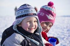 在雪的微笑的孩子 免版税库存照片