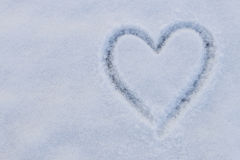 在雪的心脏形状 免版税库存照片
