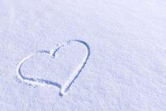 在雪的心脏形状 库存图片