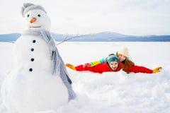 在雪的愉快的夫妇 免版税库存照片