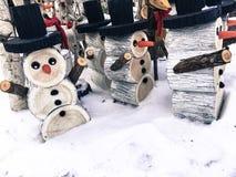 在雪的愉快的滑稽的逗人喜爱的雪人 库存图片