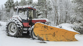 在雪的拖拉机 免版税库存照片