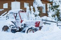 在雪的拖拉机 库存照片