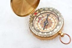 在雪的指南针 库存照片