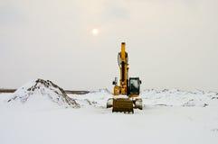 在雪的挖掘机 库存图片