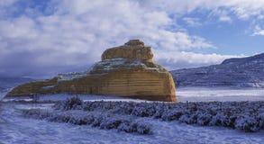 在雪的教会岩石 免版税库存照片