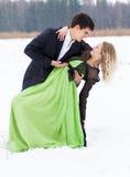 在雪的新夫妇 免版税图库摄影