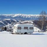 在雪的有蓬卡车 免版税库存照片