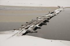 在雪的木桥 免版税库存图片