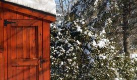 在雪的木棚子 免版税库存图片