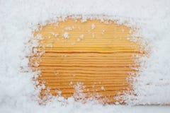在雪的木纹理 库存图片
