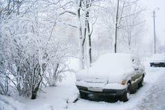在雪的汽车 免版税库存照片