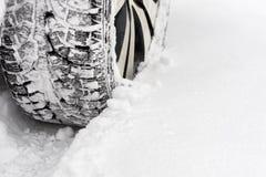 在雪的汽车 免版税库存图片
