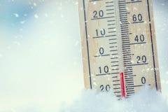 在雪的温度计显示低温在零以下 低坦佩 图库摄影