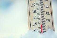 在雪的温度计显示低温在零以下 低坦佩 免版税图库摄影