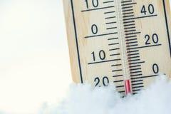 在雪的温度计显示低温在零以下 低坦佩 免版税库存图片