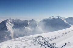 在雪的滑雪跟踪在山 库存照片