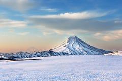 在雪的火山 免版税库存图片