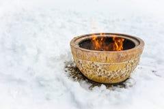 在雪的火碗 库存照片