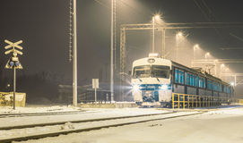 在雪的火车 免版税库存图片