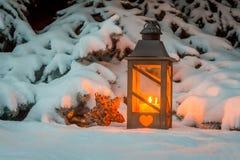 在雪的灯笼在圣诞节 免版税库存照片