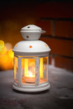 在雪的灼烧的灯笼 免版税库存图片
