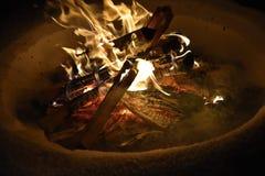 在雪的灼烧的篝火在冬天和在晚上 库存图片