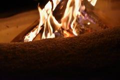 在雪的灼烧的篝火在冬天和在晚上 图库摄影