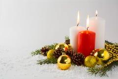 在雪的灼烧的蜡烛 库存照片
