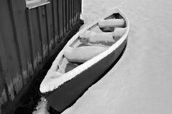 在雪的独木舟 库存图片