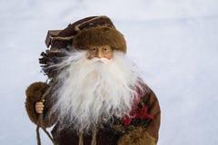 在雪的玩具圣诞老人 免版税库存照片
