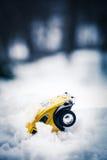 在雪的玩具大众甲壳虫 免版税库存图片