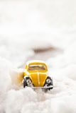 在雪的玩具大众甲壳虫 库存照片