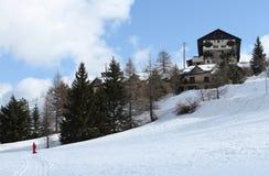 在雪的瑞士山中的牧人小屋 免版税库存照片