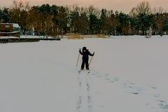 在雪的男孩滑雪 免版税图库摄影