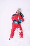 在雪的疲乏的孩子 免版税库存照片