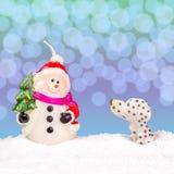 在雪的白色雪人 免版税库存照片