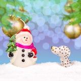 在雪的白色雪人 免版税库存图片