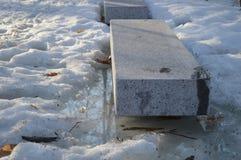 在雪的石长凳 库存照片