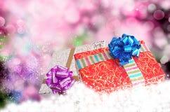 在雪的礼物盒 免版税库存图片