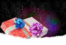 在雪的礼物盒 免版税图库摄影