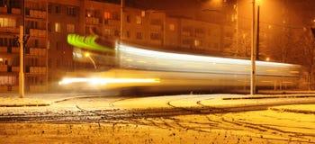 在雪的移动电车… 库存照片