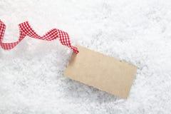 在雪的空白礼品标签 免版税库存图片