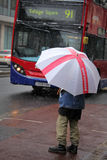 在雪的等待的公共汽车 免版税库存图片